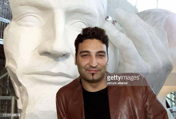 Deutschlands erfolgreichster DJ und Produzent Mousse T steht am 1992000 in der Ideenwerkstatt des Deutschen Pavillons vor seiner GipsBüste Für Stars...