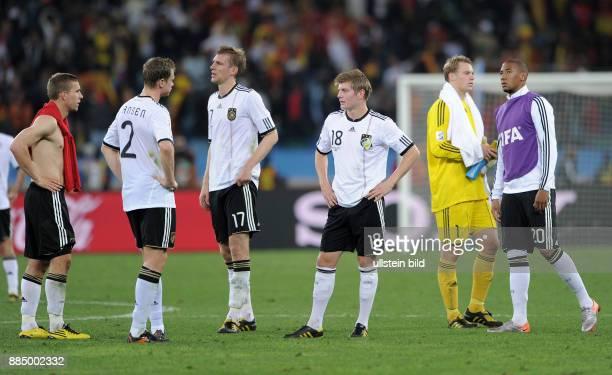Deutschlands Spieler enttaeuscht nach Spielschluss : Lukas Podolski, Marcell Jansen, Per Mertesacker, Toni Kroos, Manuel Neuer und Jerome Boateng -
