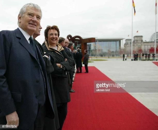deutschspanische Konsultationen in Berlin die deutschen Bundesminister stehen in Reihe am roten Teppich vor dem Kanzleramt und erwarten die Gäste...