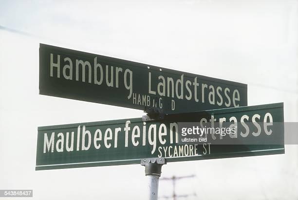 Deutschsprachige Straßenschilder in Hamburg im US-Bundesstaat Indiana, die die Urheberschaft deutschstämmiger Einwanderer verraten. Der Text der...