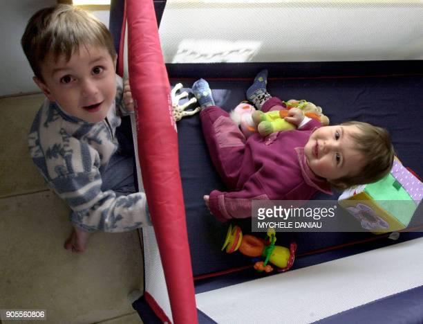 Deux enfants jouent le 28 avril 2003 à Jurques dans la chambre leur maison En 2002 la France comptait 22 millions d'enfants de moins de 3 ans sachant...