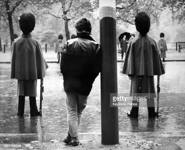 Deux gardes royaux attendent le passage des voitures officielles à Londres, Royaume-Uni, en novembre 1967.