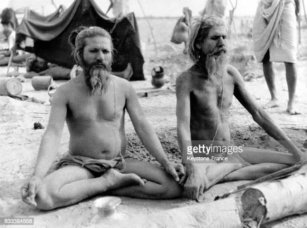 Deux Hindous dans une posture de yoga font de la méditation à Haridwar Inde en 1957