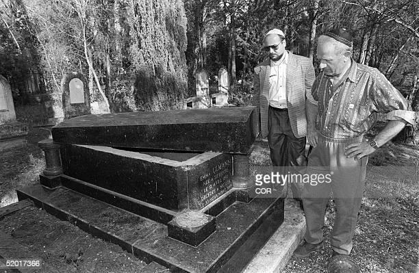 Deux membres de la communautT israTlite constatent la profanation de l'une des 34 tombes saccagTes le 10 mai 1990 par des inconnus dans le cimetiFre...