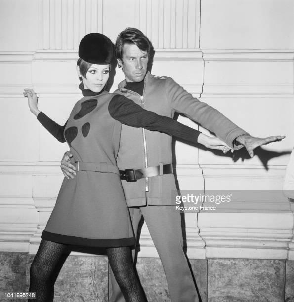 Deux modèles féminins et masculins de la nouvelle collection 'Cosmos' de Pierre Cardin, à Paris, France, le 29 juillet 1967.