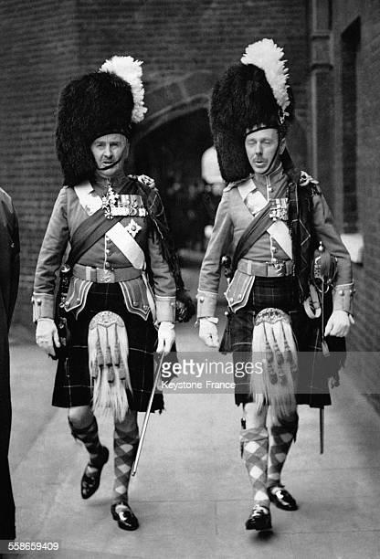 Deux officiers écossais quitte le Palais St James après la relève à Londres RoyaumeUni le 31 mai 1938
