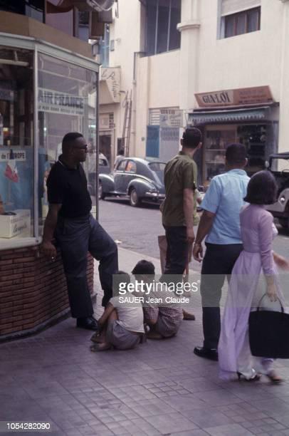 VIETNAM 1965 Deux reporters de Paris Match JeanClaude SAUER et Jean DURIEUX ont vécu quatrevingt dix jours au milieu des paras et des Marines des...