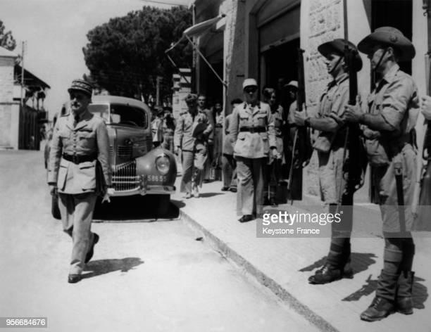 Deux soldats anglais présentent les armes au Général Verdaillac représentant du gouvernement de Vichy le 10 septembre 1941 en Syrie