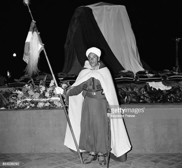 Devant le cercueil recouvert du drapeau tricolore du Maréchal Lyautey installé sous l'Arc de Triomphe un Spahi veille à Paris France le 10 mai 1961