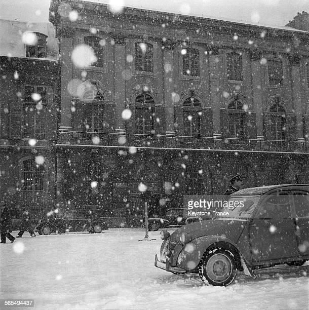 Devant le Palais de Justice de MeurtheetMoselle la neige tombe pendant qu'à l'intérieur se déroule de procès de Guy Desnoyers curé d'Uruffe accusé...