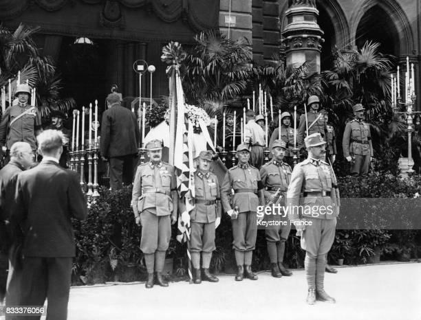 Devant le Rathaus les soldats de la garde d'honneur devant le cercueil du chancelier Dollfuss à Vienne Autriche en juillet 1934