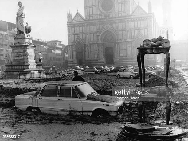 Devant l'eglise Santa Croce mobilier ancien statues et objets d'art sont recuperes suite a l'inondation et au torrent de boue et qui ont deferle sur...