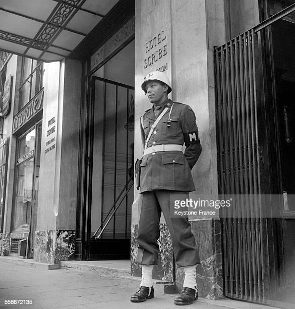 GI devant l'Hôtel Scribe à Paris France en 1945
