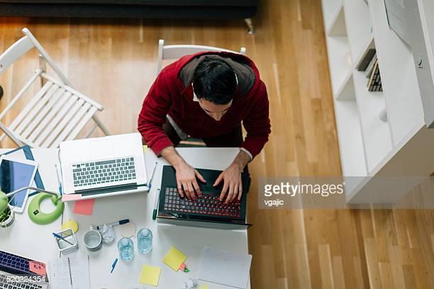 Promoteur travaillant dans son bureau.