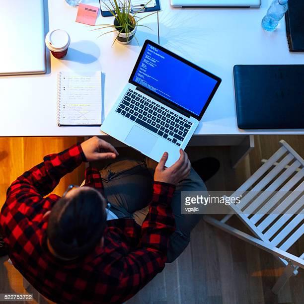 Entwickler Arbeiten In seinem Büro.