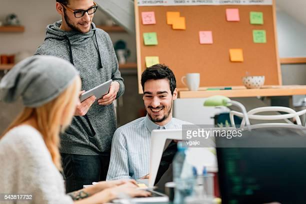 """Sviluppatori di """"Brainstorming"""" nel loro ufficio di avviamento."""