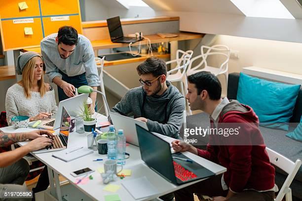 Programadores a trabalhar a partir de casa, do escritório.