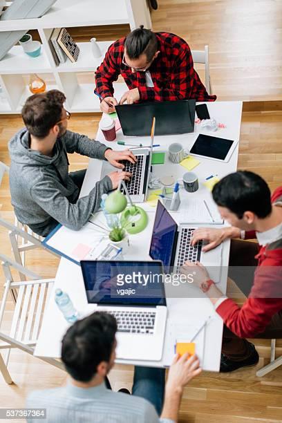 Sviluppatori al lavoro In ufficio.