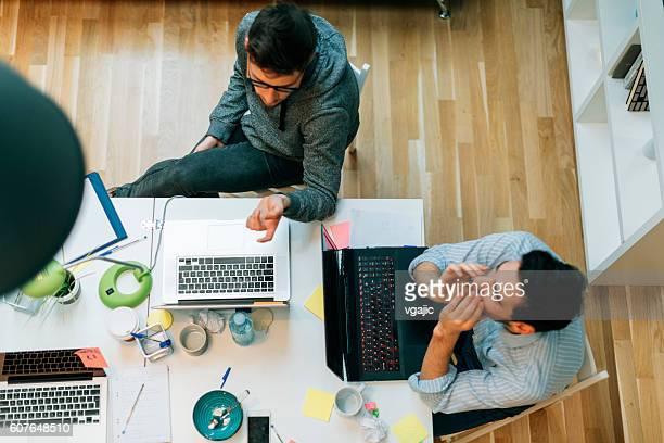 Entwickler, die Arbeiten In Ihrem Büro.