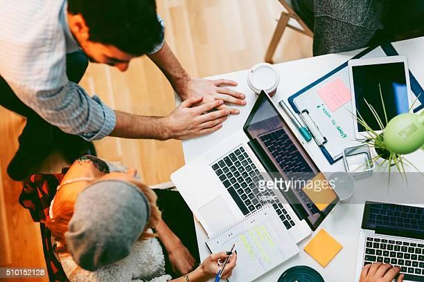 Équipe du développement de la coopération dans leur bureau.