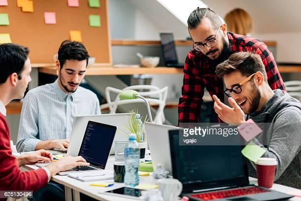 開発チーム、オフィスを意味します。