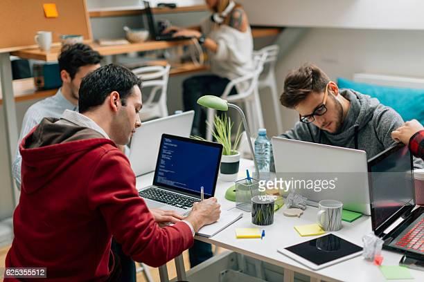 Squadra per lo sviluppo di una cooperazione nella loro ufficio.