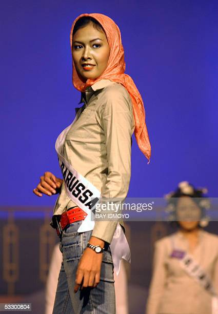 Devie Ramazhana a finalist from Aceh province poses during a rehearsal of the 2005 Miss Indonesia grand final in Jakarta 29 July 2005 AFP PHOTO/Bay...
