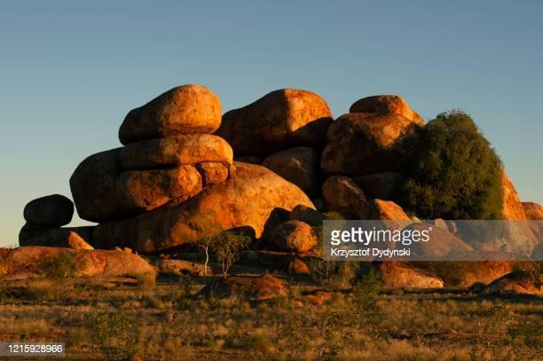 devils marbles, central australia - felsformation stock-fotos und bilder