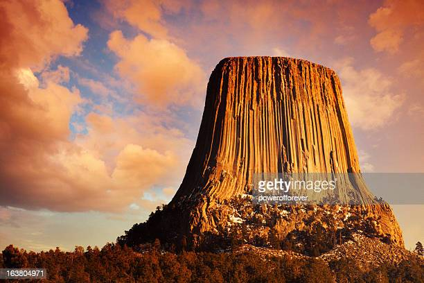 devil's tower ao pôr do sol - black hills - fotografias e filmes do acervo