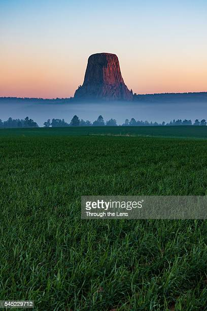 devils tower national monument - sioux indianer stock-fotos und bilder
