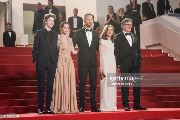 Devin Druid Rachel Brosnahan le réalisateur Joachim Trier Isabelle Huppert et Gabriel Byrne lors de la montée des marches pour la première du film...