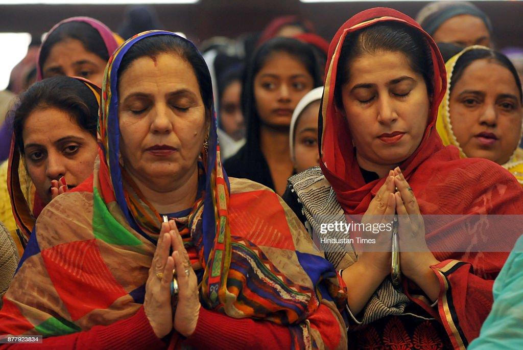 Devotees paying obeisance on the martyrdom day of Ninth Sikh Guru Tegh Bahadur at Gurdwara Nauvi Patshahi Guru Teg Bahadur Nagar on November 23 2017..