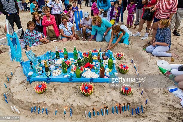 devotees placing offerings to yemanja, sea goddess - iemanja imagens e fotografias de stock