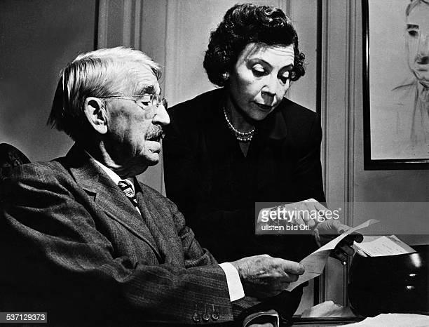 Dewey John philosopher pedagogue USA with his woman at his ninetieth birthday Vintage property of ullstein bild