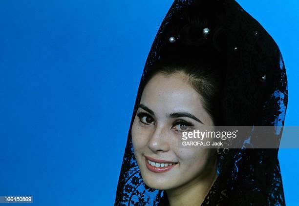 Dewi Soekarno In Paris Paris octobre 1967 L'exil de la troisième épouse du Président SOEKARNO d'Indonésie Madame Ratna Sari Dewi SOEKARNO bout...