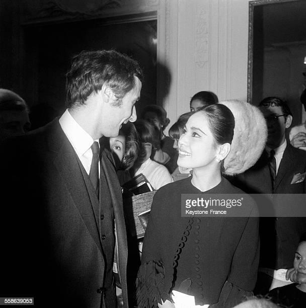 Dewi Sukarno femme du Président de la République indonésienne félicitant Marc Bohain auteur de la nouvelle collection printemps de Christian Dior à...