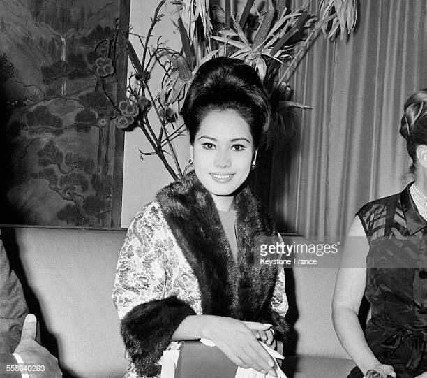 Dewi Sukarno épouse du chef d'état indonésien Sukarno venue renouveler sa garderobe chez le couturier Fontana à Rome Italie le 14 janvier 1966