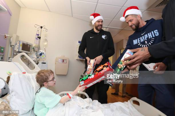 Deyonta Davis Chandler Parsons and Marc Gasol of the Memphis Grizzlies visits with children on December 18 2017 at LeBonheur Children's Hospital in...