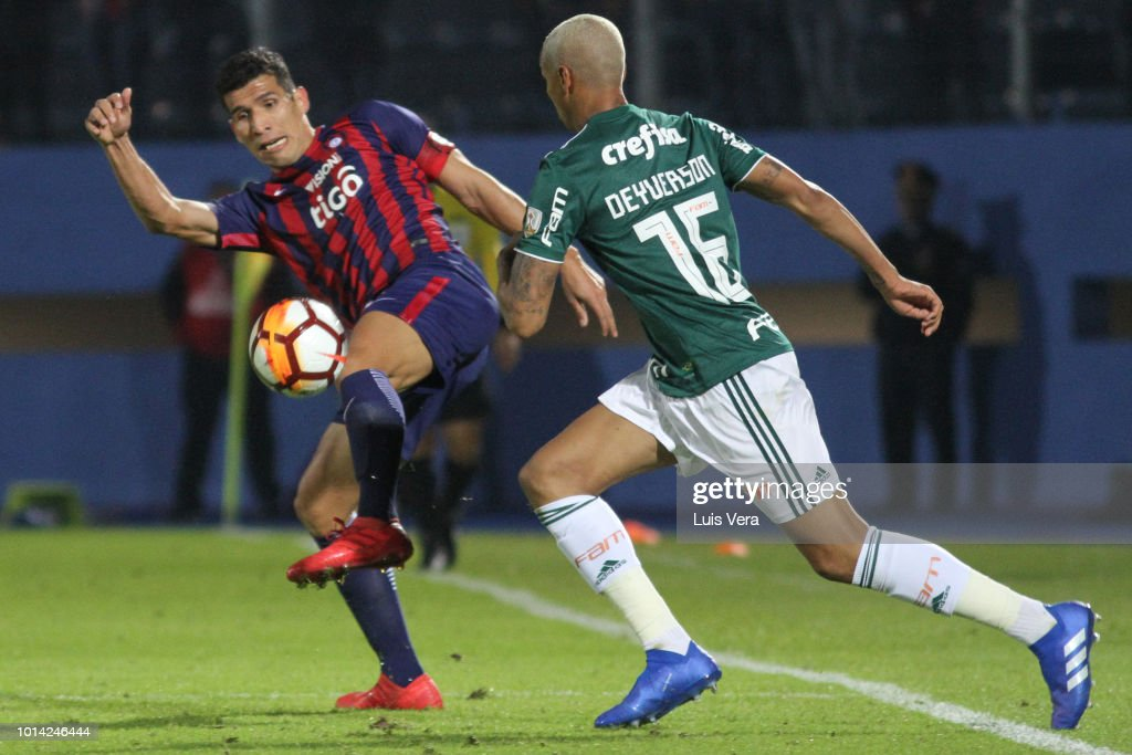 Deyverson Brum of Palmeiras defends against Marcos Caceres of Cerro Porteño during a round of sixteen match between Cerro Porteno and Palmeiras as part of Copa CONMEBOL Libertadores 2018 at General Pablo Rojas Stadium on August 9, 2018 in Asuncion, Paraguay.