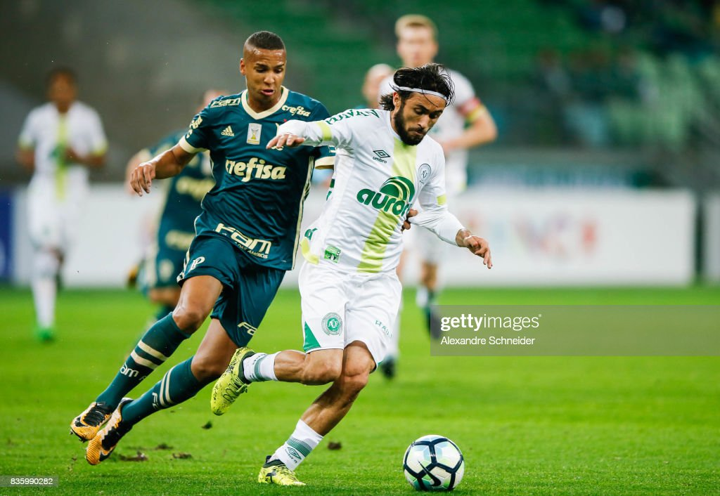 Deyverson (L) of Palmeiras and Apodi of Chapecoense in action during the match between Palmeiras and Chapecoense for the Brasileirao Series A 2017 at Aliians Parque Stadium on August 20, 2017 in Sao Paulo, Brazil.