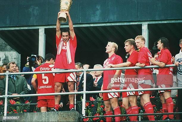 DFBPokal Finale Siegerehrung DieMannschaft von Bayer 04 Leverkusen UlfKirsten mit Pokal