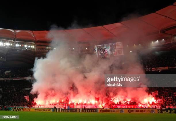 DFBPokal Saison 2011/2012 FUSSBALL DFB VfB Stuttgart Hamburger SV Die Cannstatter Kurve brennt VfB Stuttgart Ultras mit bengalischen Fackeln zu...