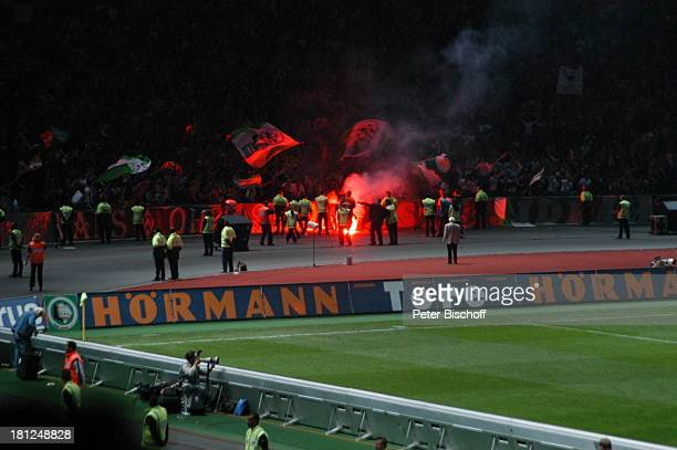 DFBPokalendspiel 2004 'SV Werder Bremen Alemannia Aachen' Berlin 'OlympiaStadion' Fussball Spiel Fußballspieler Fußballprofi 'Bengalisches Feuer'...