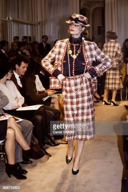 Défilé Chanel collection Haute Couture PrintempsEté 1983 avec à gauche Isabelle Adjani et le décorateur Jacques Grange en janvier 1983 à Paris France