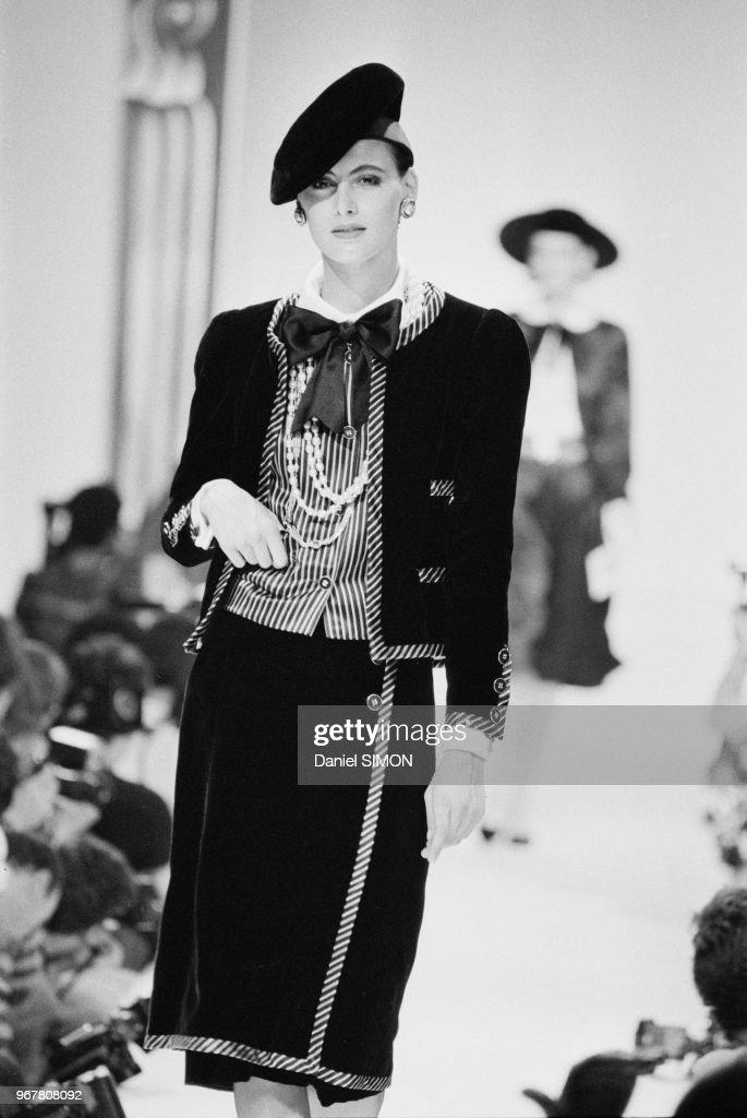 Défilé Chanel, Haute-Couture Automne-Hiver 1983-84 : News Photo