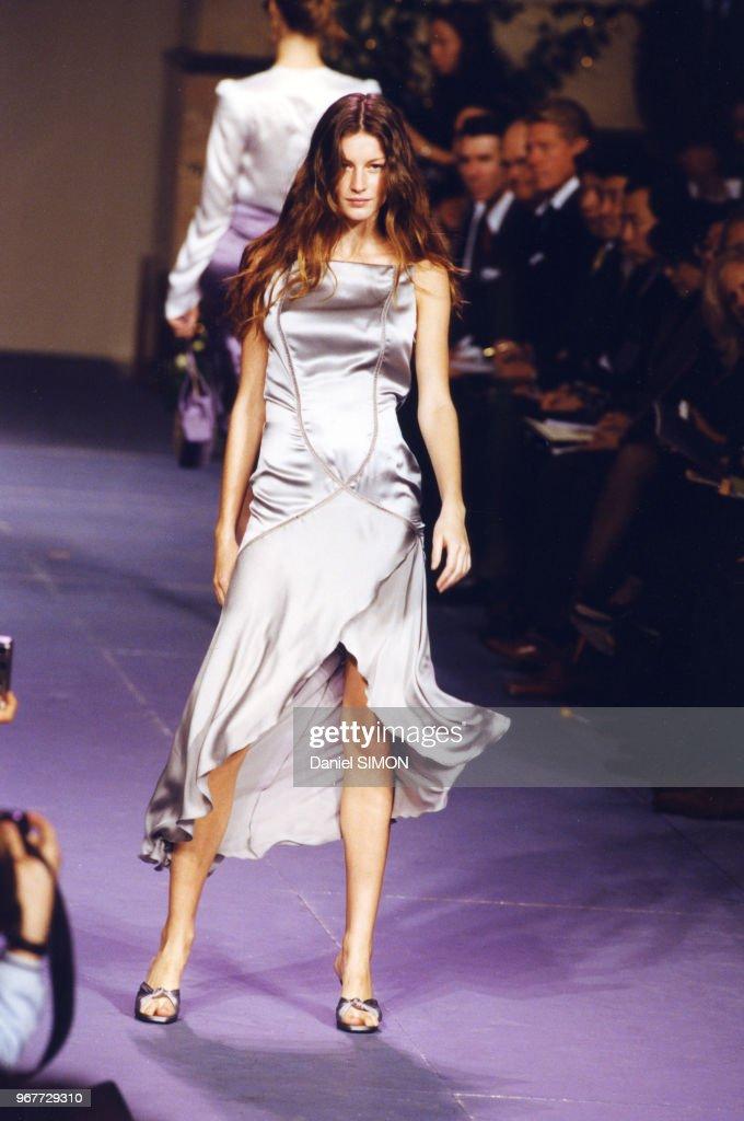 Mode Prêt-à-Porter Printemps-Eté 1999 : News Photo