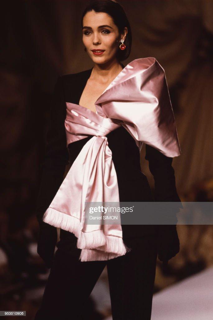 f18e74db6 Mode Haute Couture Automne-Hiver 1990-1991   News Photo