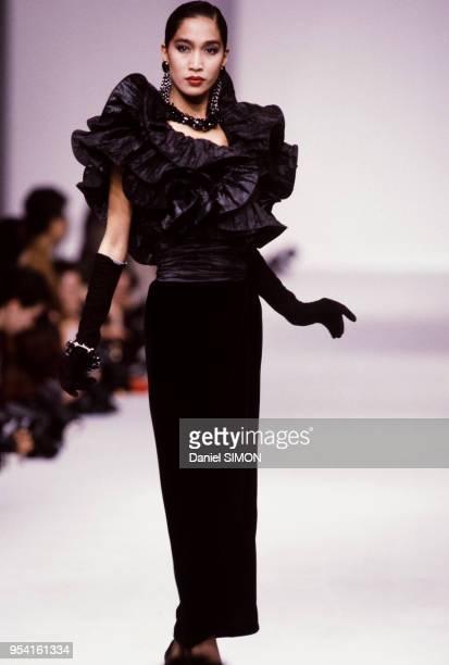 Défilé Christian Dior en mars 1985 à Paris, France.