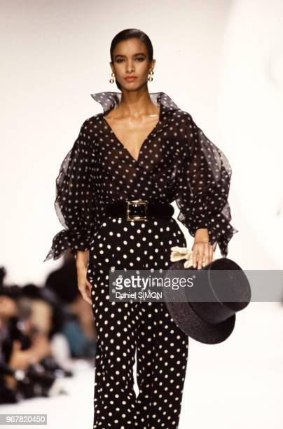 Défilé Christian Dior, Prêt-à-Porter, collection Printemps-été 1990 à Paris le 23 octobre 1989, France.