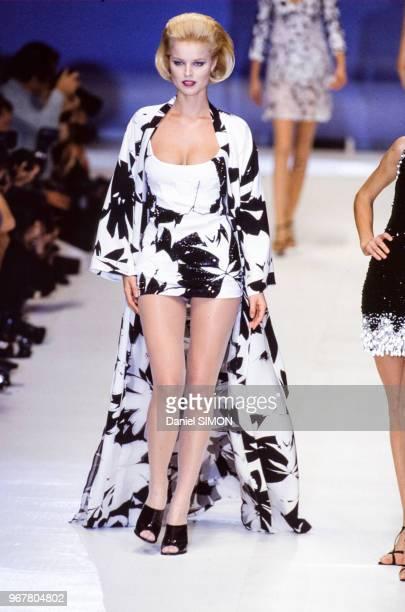 Défilé Christian Dior, Prêt-à-Porter, collection Printemps-été 1996 à Paris le 14 octobre 1995, France.